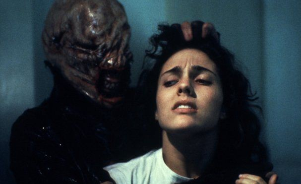 Hellraiser: Ashley Laurence e Nicholas Vince in una scena
