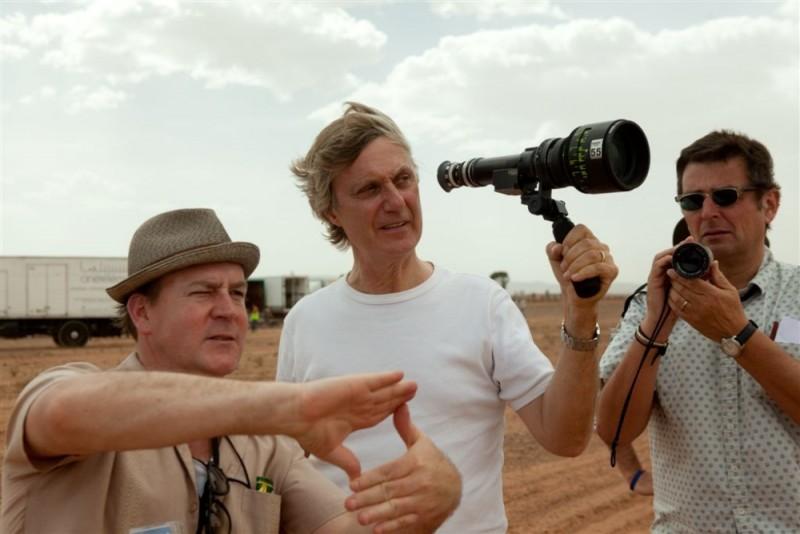 Il pescatore di sogni: il regista Lasse Hallström sul set del film discute di un'inquadratura con i suoi collaboratori