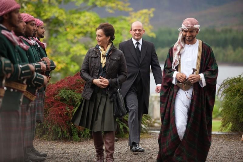 Kristin Scott Thomas con Amr Waked in una scena del film Il pescatore di sogni