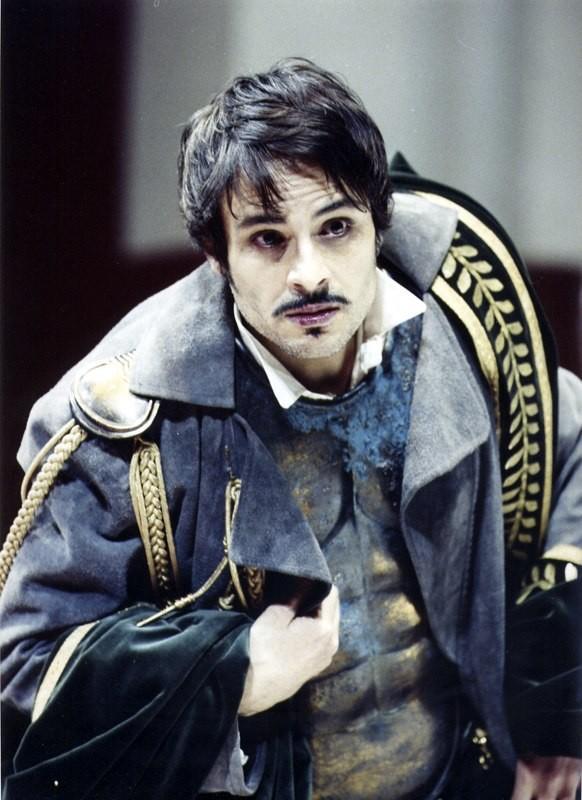 Maximilian Nisi a teatro, in scena