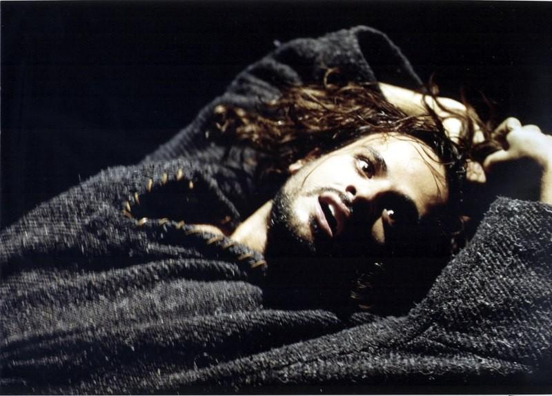 Maximilian Nisi durante un'interpretazione teatrale