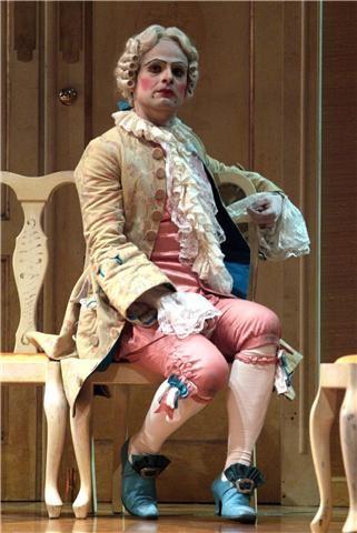 Maximilian Nisi mentre recita a teatro
