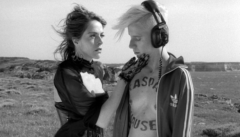 La leggenda di Kaspar Hauser: Claudia Gerini e Silvia Calderoni in una scena del film