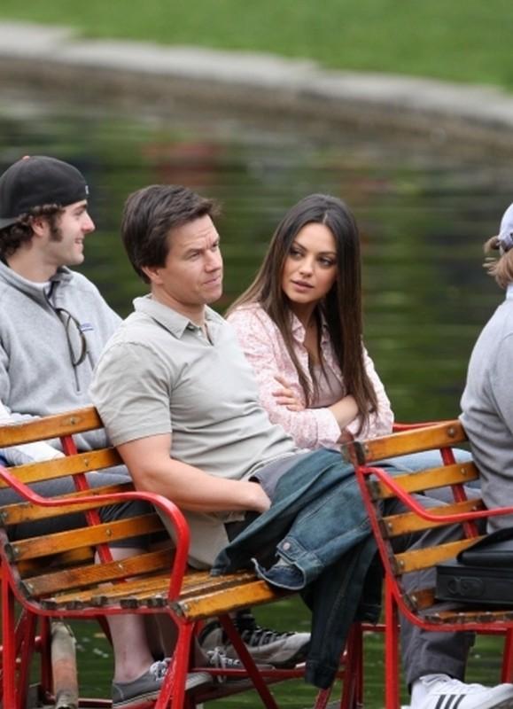 Mark Wahlberg insieme a Mila Kunis in una scena di Ted