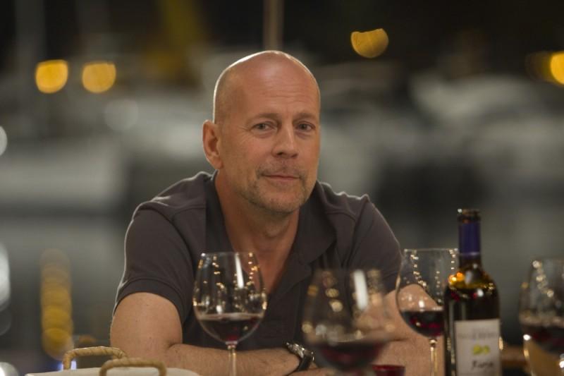 Bruce Willis in una posa sorridente durante le riprese de La fredda luce del giorno