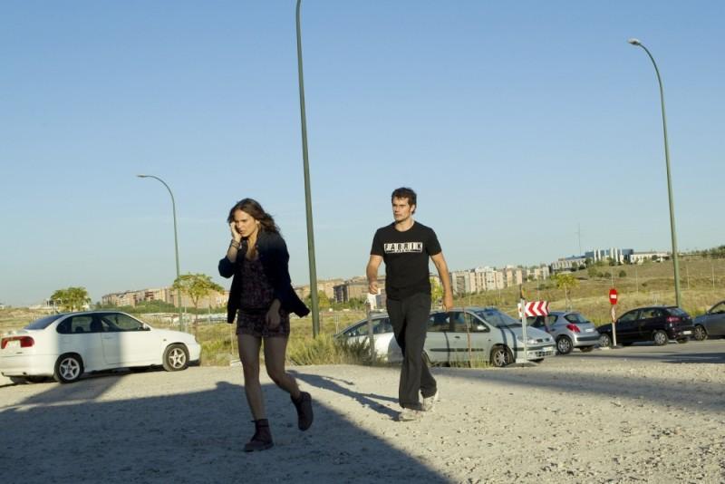 Henry Cavill e Verónica Echegui in una scena del thriller La fredda luce del giorno