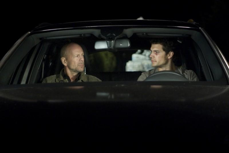 Henry Cavill insieme a Bruce Willis in una scena del thriller La fredda luce del giorno