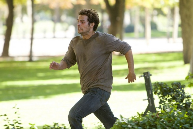 La fredda luce del giorno: Henry Cavill fugge dai suoi inseguitori in una scena del film