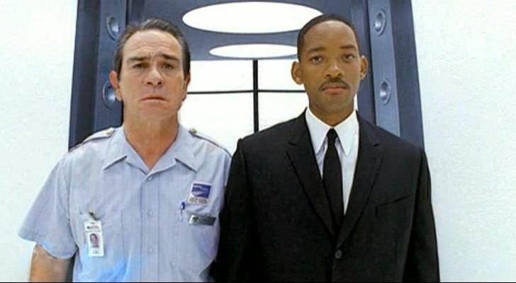 Tommy Lee Jones e Will Smith in una scena del film Men in Black 2