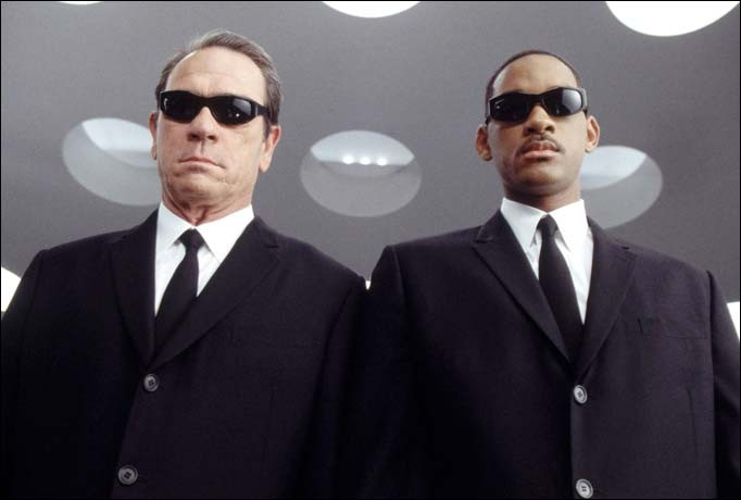 Will Smith e Tommy Lee Jones in un'immagine promozionale del film Men in Black