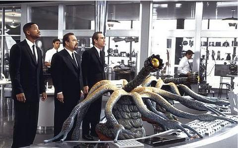 Will Smith, Rip Torn e Tommy Lee Jones in una scena del film Men in Black