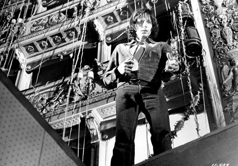 Michael Brandon in una scena diQuattro mosche di velluto grigio (1971)