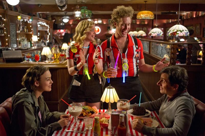 Steve Carell e Keira Knightley alle prese coi buffi camerieri del fast food in una scena di Cercasi amore per la fine del mondo