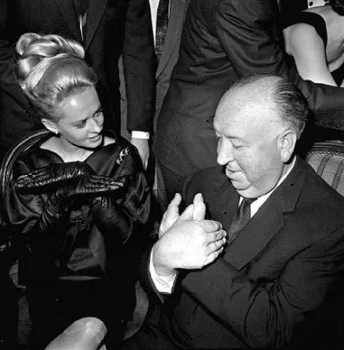 Alfred Hitchcock e Tippi Hedren scherzano alla premiere de Gli uccelli