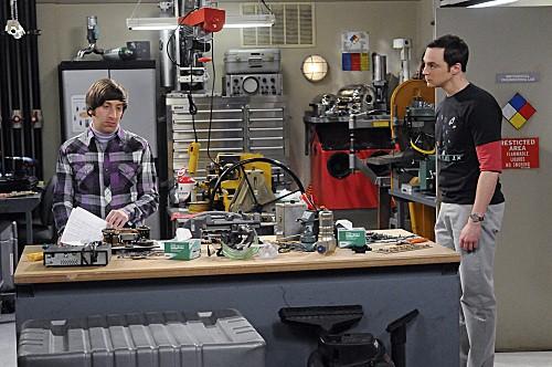 The Big Bang Theory: Jim Parsons e Simon Helberg in una scena dell'episodio The Hawking Excitation