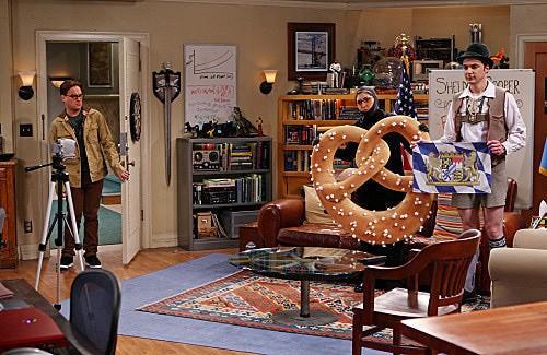 The Big Bang Theory: Jim Parsons, Johnny Galecki e Mayim Bialik nell'episodio The Beta Test Initiation
