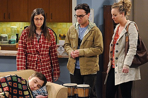 The Big Bang Theory: Johnny Galecki, Kaley Cuoco, Jim Parsons e Mayim Bialik in una scena dell'episodio The Werewolf Transformation