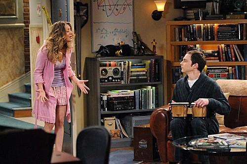 The Big Bang Theory: Kaley Cuoco e Jim Parsons in una scena dell'episodio The Werewolf Transformation