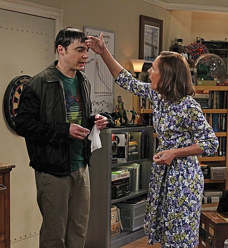The Big Bang Theory: Laurie Metcalf e Jim Parsons nell'episodio The Rhinitis Revelation