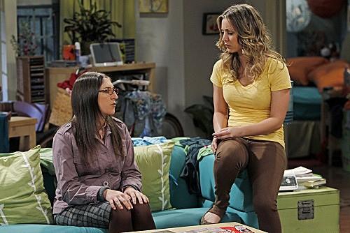 The Big Bang Theory: Mayim Bialik e Kaley Cuoco in una scena dell'episodio The Weekend Vortex