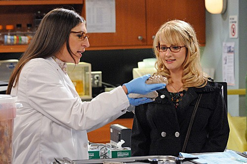 The Big Bang Theory: Mayim Bialik e Melissa Rauch nell'episodio The Isolation Permutation