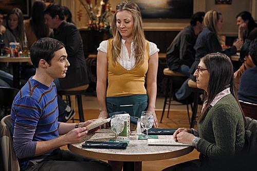 The Big Bang Theory: Mayim Bialik, Kaley Cuoco e Jim Parsons nell'episodio The Shiny Trinket Maneuver