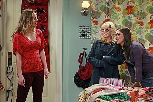 The Big Bang Theory: Melissa Rauch, Mayim Bialik e Kaley Cuoco in una scena dell'episodio The Speckerman Recurrance
