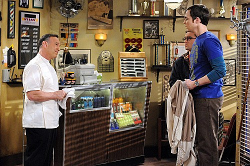 The Big Bang Theory: Peter Onorati, Johnny Galecki e Jim Parsons in una scena dell'episodio The Werewolf Transformation