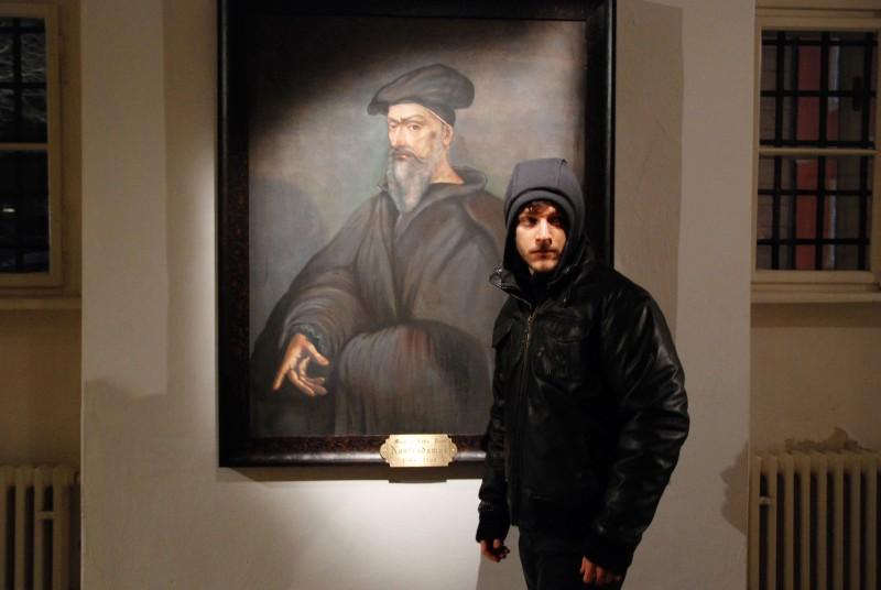 Andrea Bosca e l'immagine di Nostradamus, in una scena della fiction Zodiaco - Il libro perduto