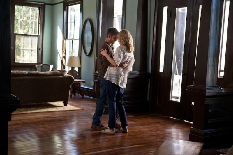 Ho cercato il tuo nome: Taylor Schilling e Zac Efron si abbracciano in un momento del film