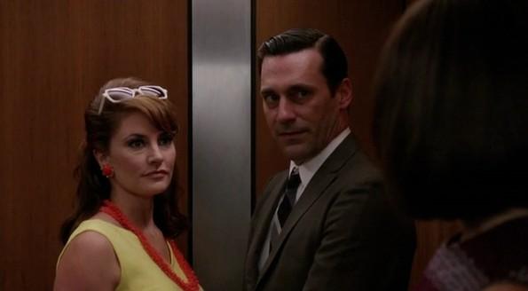 Jon Hamm e Mädchen Amick nell'episodio Mystery Date della quinta stagione di Mad Men