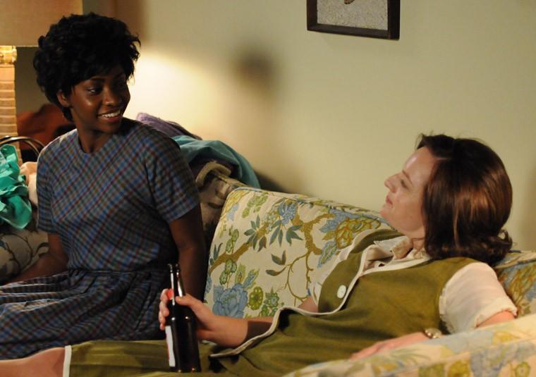 Teyonah Parris ed Elisabeth Moss nell'episodio Mystery Date della quinta stagione di Mad Men