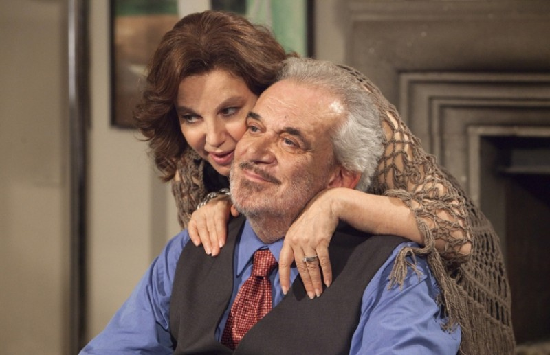 Una grande famiglia: Gianni Cavina e Stefania Sandrelli in una tenera scena della fiction diretta da Riccardo Milani