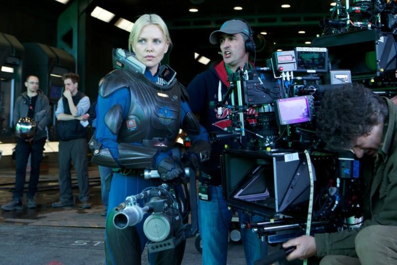 Prometheus: Charlize Theron sul set del film si prepara ad una scena