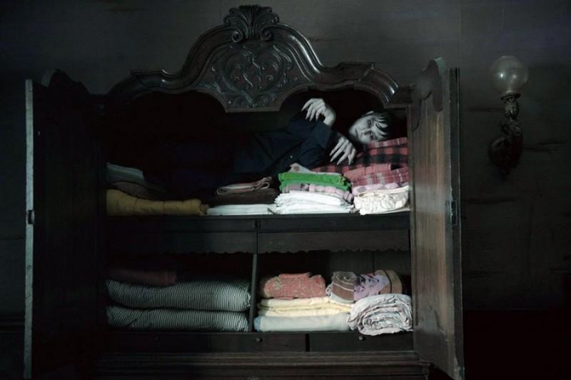 Johnn Depp nelle vesti del vampiro Barnabas Collins dorme rannicchiato in un armadio per la biancheria in Dark Shadows