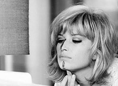 Monica Vitti davanti ad uno specchio