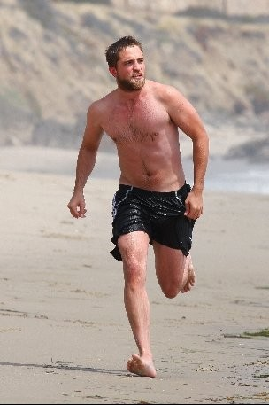 Robert Pattinson - con un look insolito - fa surf a Malibu