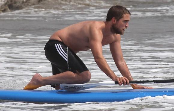 Robert Pattinson si rilassa a Malibu (2012)