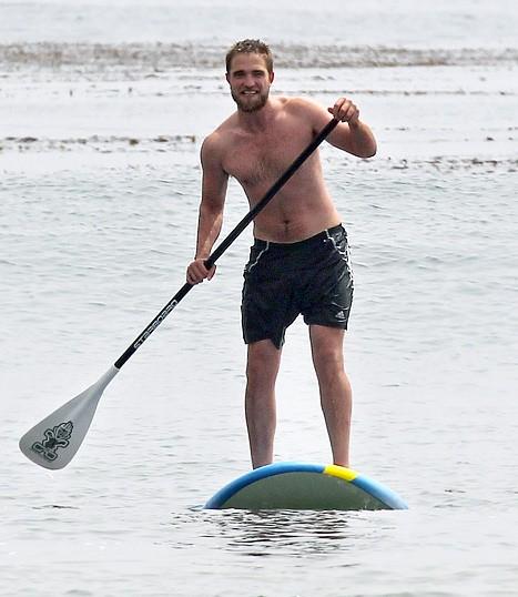 Robert Pattinson si rilassa facendo surf a Malibu (2012)
