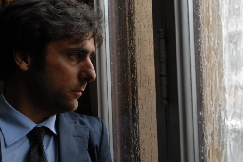 Sandrine nella pioggia: Adriano Giannini dietro ai vetri in una scena del film