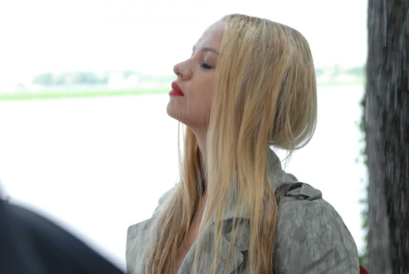 Sandrine nella pioggia: Sara Forestier nei panni di Sandrine in una scena del film