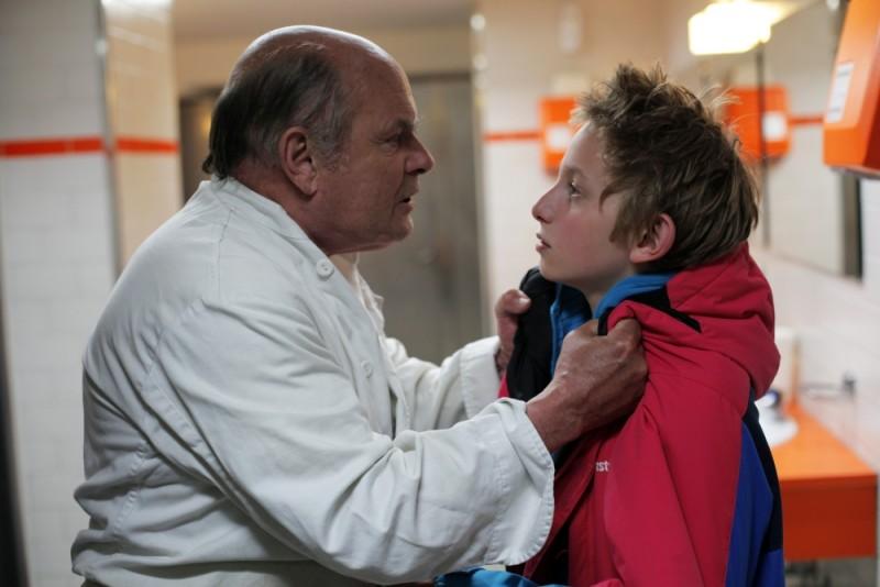 Sister: Kacey Mottet Klein in una scena del film viene strigliato da Jean-François Stévenin
