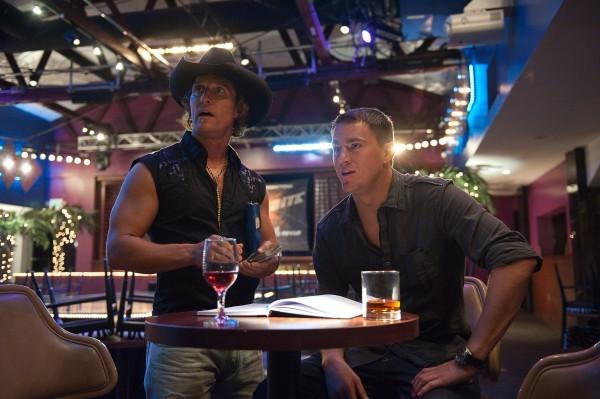 Channing Tatum e Matthew McConaughey discutono in un locale in una scena di Magic Mike