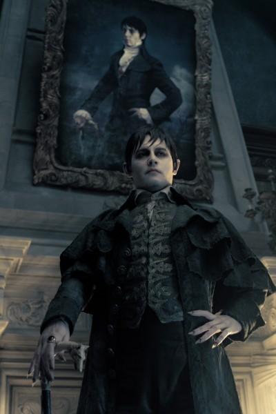 Johnny Depp in posa davanti al suo ritratto in una scena di Dark Shadows