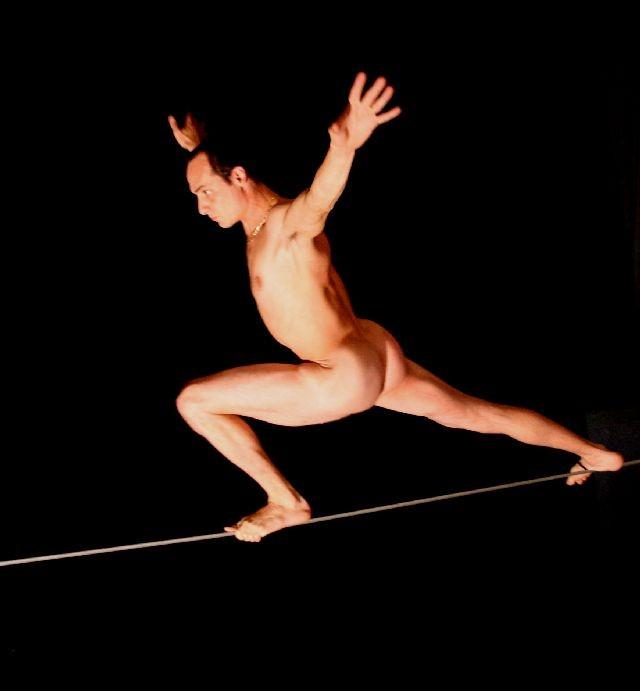 Julien Lambert nudo a teatro con Legge e Ordine