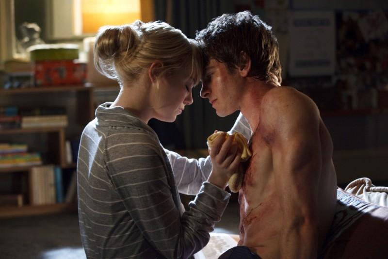 The Amazing Spider-Man: l'uomo ragno Andrew Garfield curato amorevolmente da Emma Stone in una scena del film