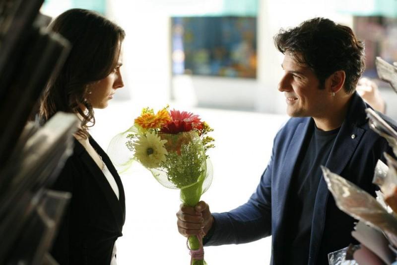 Workers - Pronti a tutto: Dario Bandiera corteggia teneramente Daniela Virgilio in una scena del film