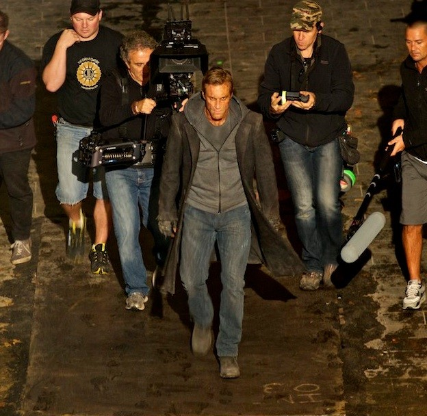 Aaron Eckhart circondato dalla troupe di I, Frankenstein sul set