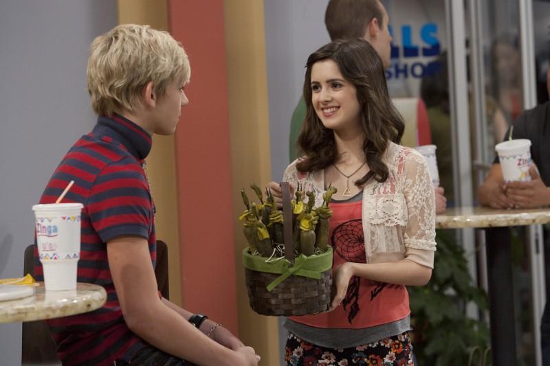 Austin & Ally: Laura Marano e Ross Lynch in una foto di scena della serie
