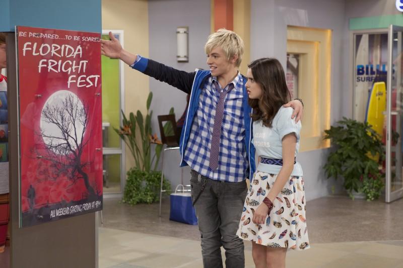 Austin & Ally: Laura Marano e Ross Lynch in una scena della serie
